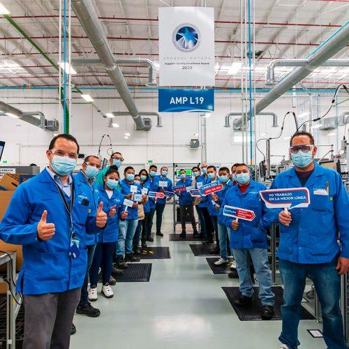 Foto grupal línea de producción General Motors
