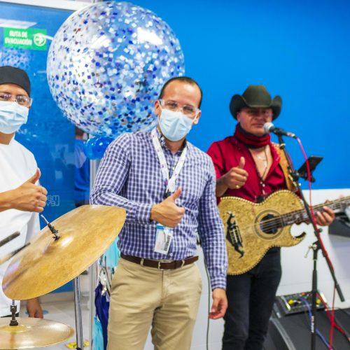 Foto grupal con músicos